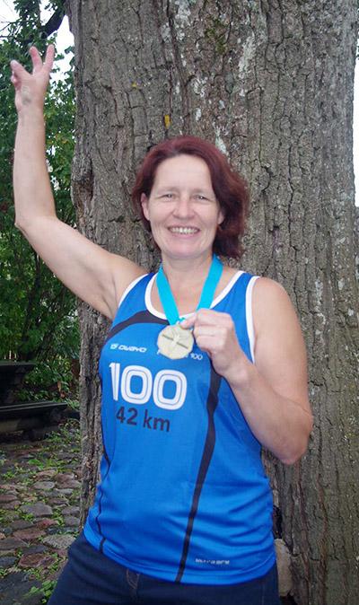 Seo pildi pääl om Pangi Annikal 100. maratoni hamõ edimäst kõrda sällän.