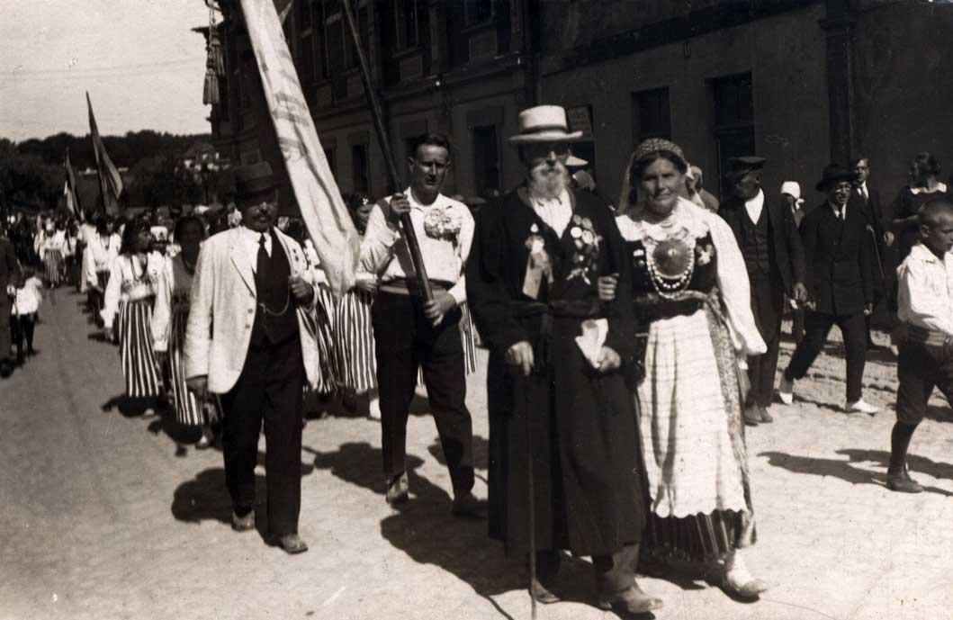 Eesti laulupido veterani Kanni Hans ja Liisa IX laulupido rongikäügin 1928. aastal.